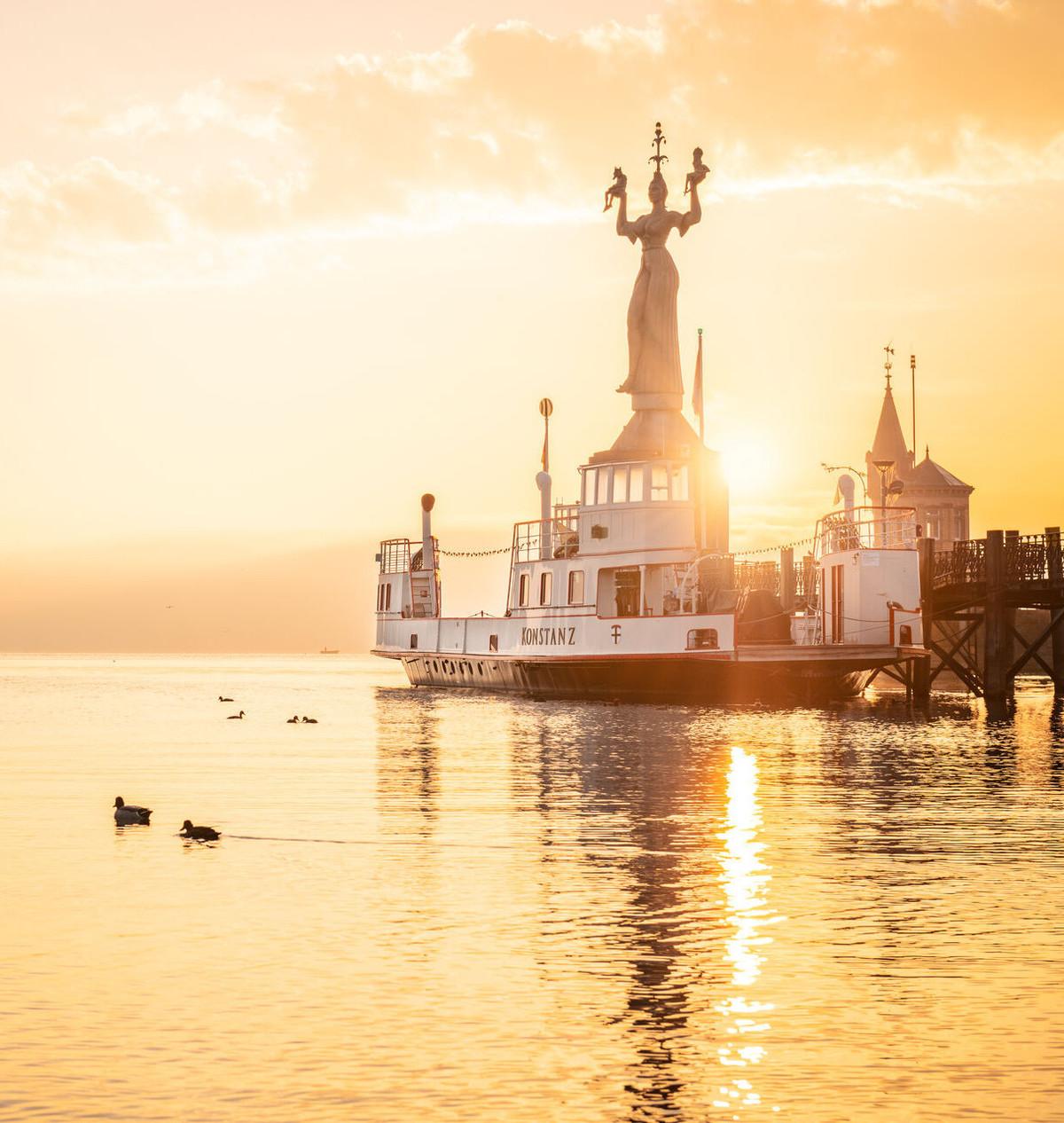 Konstanz-Hafen-Imperia-Alte-Faehre-Sonnenaufgang-05_Herbst_Copyright_MTK-Dagmar-Schwelle