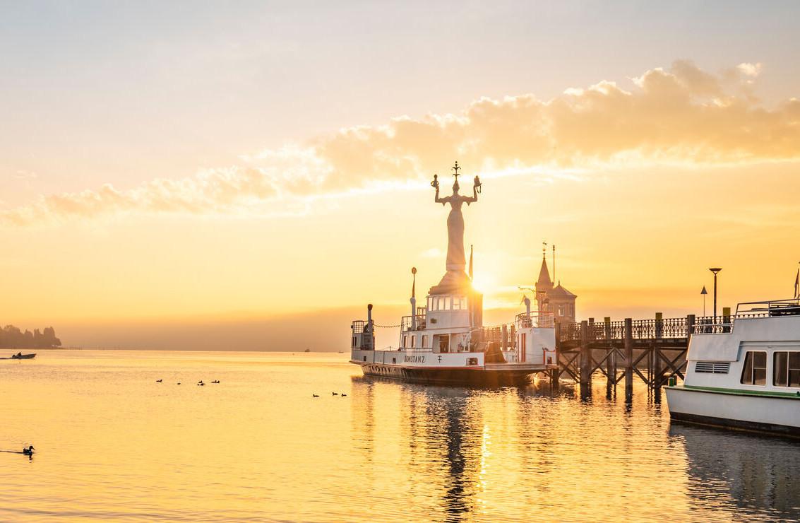 Konstanz-Hafen-Imperia-Alte-Faehre-Sonnenaufgang-01_Herbst_Copyright_MTK-Dagmar-Schwelle