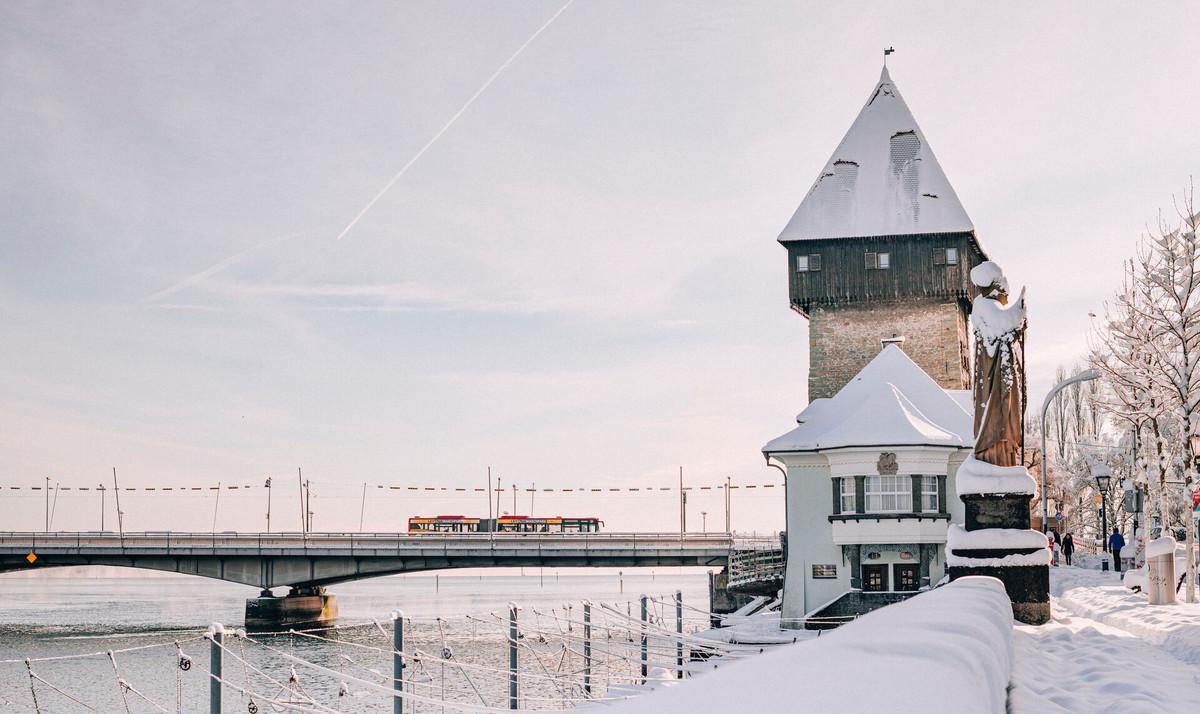 Konstanz-Rheintorturm-Alte-Rheinbruecke-Schnee-Sonne-Querformat_Winter_Copyright_MTK-Leo-Leister
