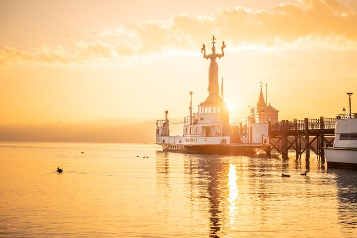 Konstanz-Hafen-Imperia-Alte-Faehre-Sonnenaufgang-03_Herbst_Copyright_MTK-Dagmar-Schwelle