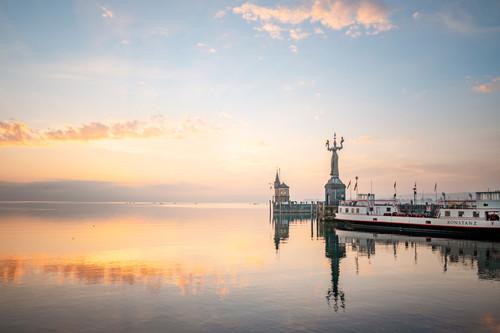 Konstanz-Hafen-Imperia-Alte-Faehre-Abendrot-04_Herbst_Copyright_MTK-Dagmar-Schwelle