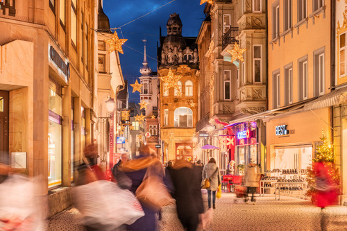 Konstanz-Weihnachtsmarkt-Rosgartenstrasse-Abenddaemmerung-01_Winter_Copyright_MTK-Dagmar-Schwelle