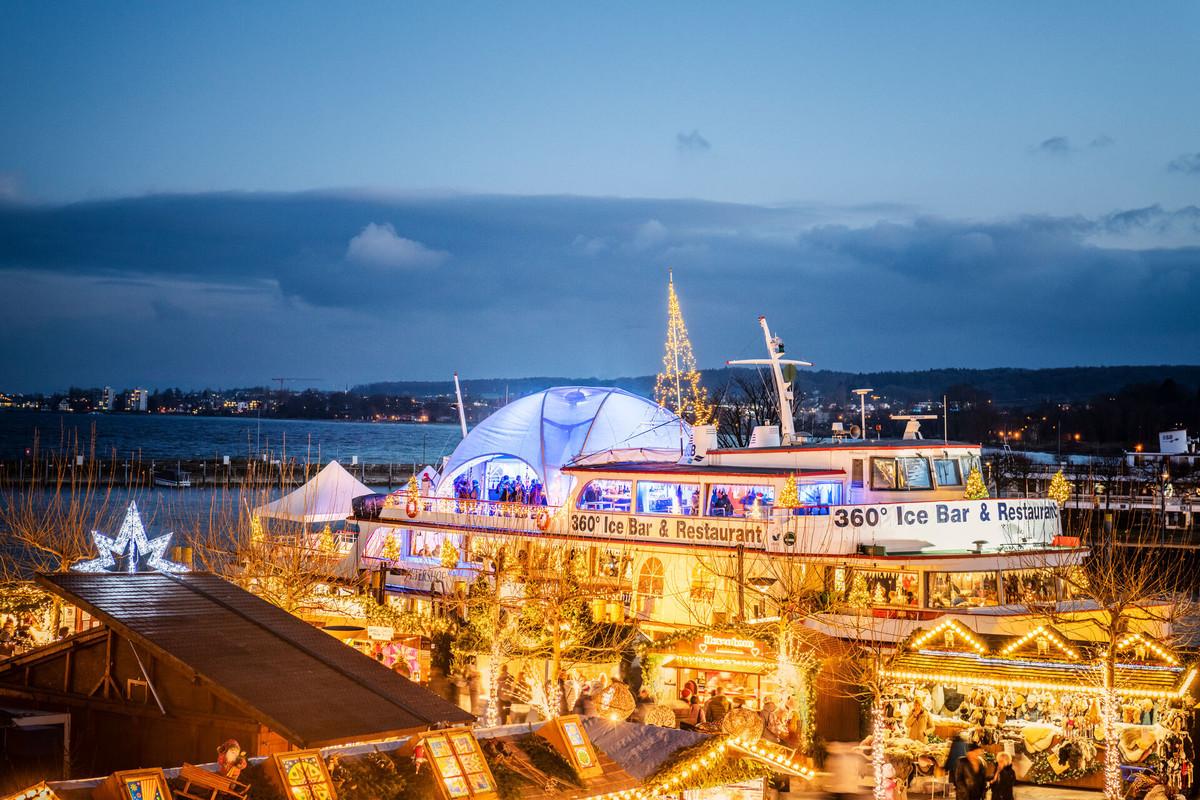 Konstanz-Weihnachtsschiff-Stadtgarten-Bodensee-Hafen-Abenddaemmerung-01_Winter_Copyright_MTK-Dagmar-Schwelle