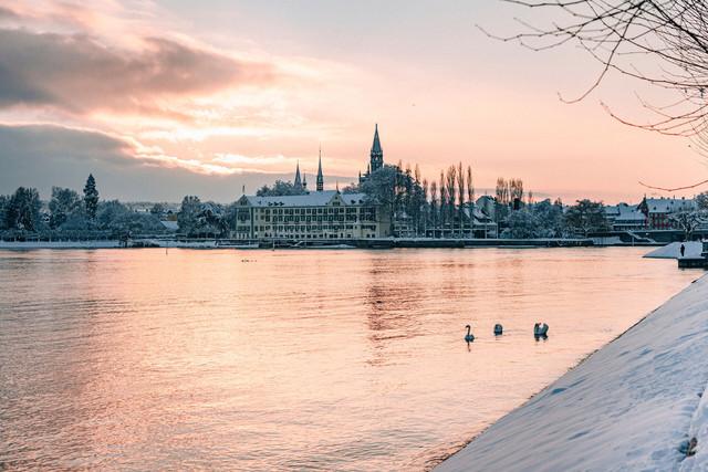 Konstanz-Muenster-Inselhotel-Seestrasse-Schwaene-Sonnenuntergang-Schnee-Querformat_Winter_Copyright_MTK-Leo-Leister