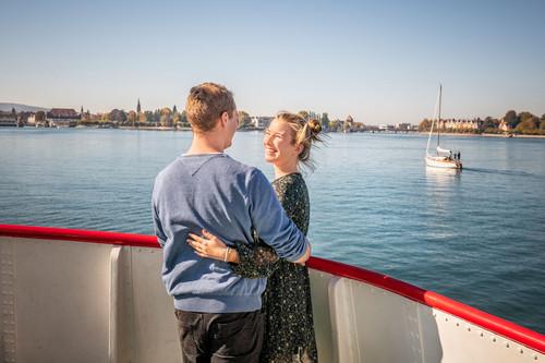 Konstanz-Bodensee-Schifffahrt-BSB-Ausflug-Liebespaar-Deck-Blick-auf-Konzil-Segelboot-01_Herbst_Copyright_MTK-Dagmar-Schwelle