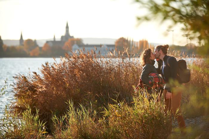 Konstanz-Seeuferweg-Bodensee-Muenster-Paerchen-Ufer-Kuss-Querformat_Herbst-01_Copyright_MTK-Hari-Pulko