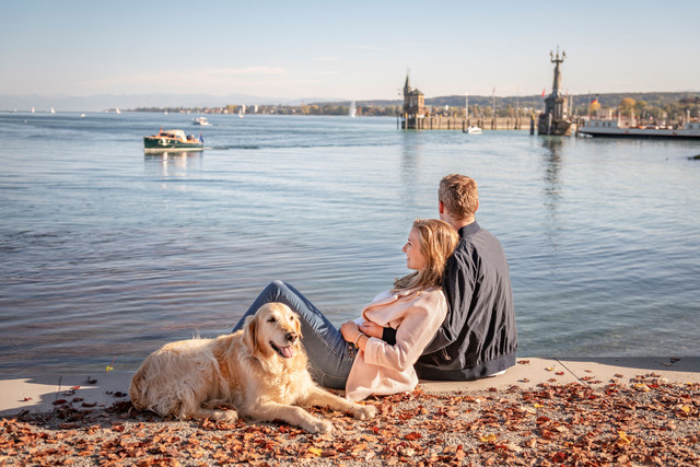 Konstanz-Stadtgarten-Alte-Faehre-Imperia-Katamaran-BSB-Paar-Entspannung-Hund-02_Herbst_Copyright_MTK-Dagmar-Schwelle