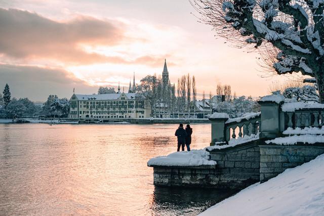 Konstanz-Muenster-Inselhotel-Seestrasse-Sonnenuntergang-Paar-Schnee-Querformat_Winter_Copyright_MTK-Leo-Leister