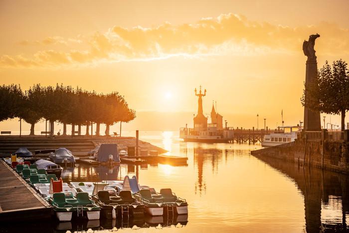 Konstanz-Hafen-Imperia-Alte-Faehre-Bootsverleih-Sonnenaufgang_Herbst_Copyright_MTK-Dagmar-Schwelle