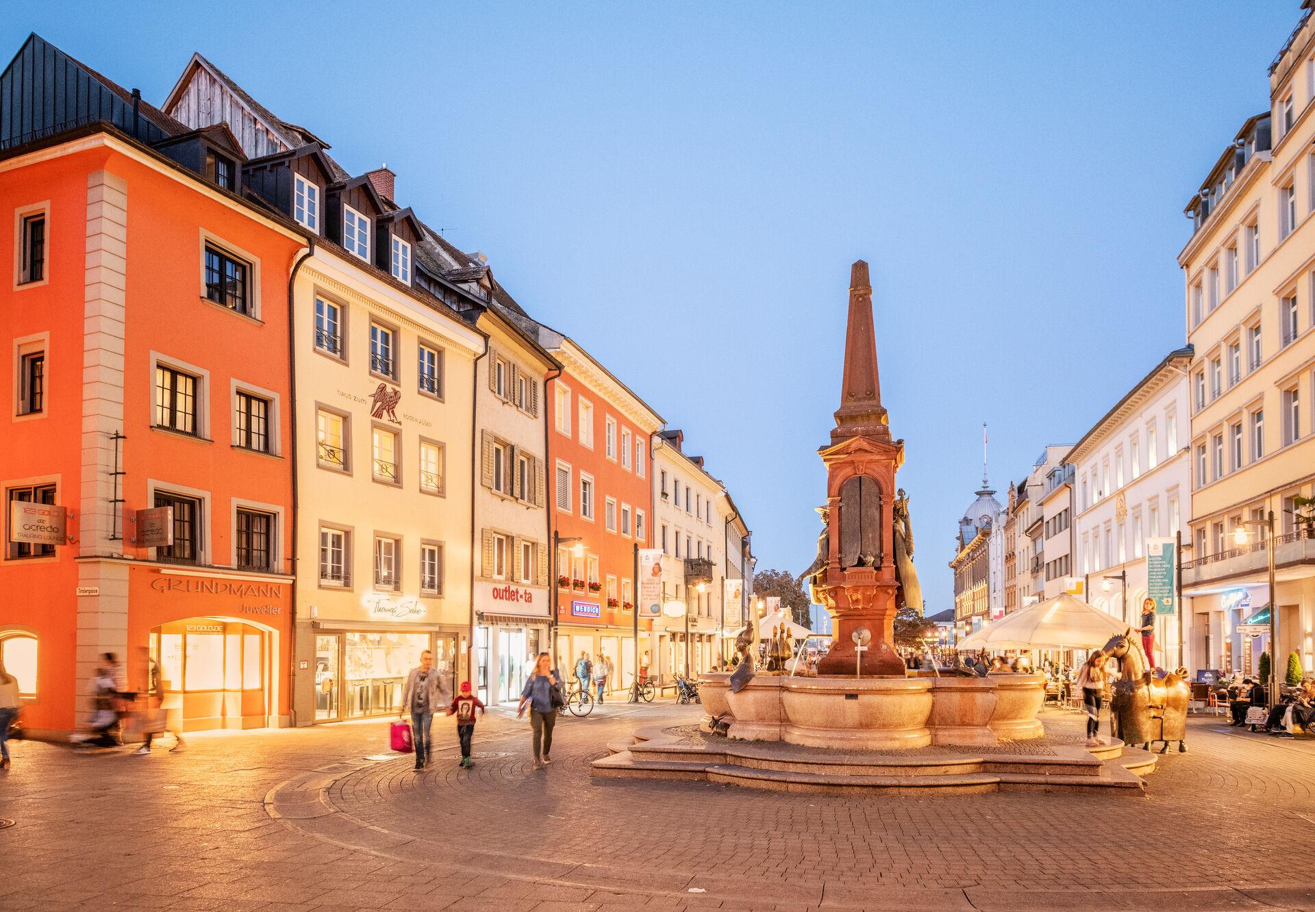 Konstanz-Innenstadt-Marktstaette-Kaiserbrunnen-Abendstimmung-02_Herbst_Copyright_MTK-Dagmar-Schwelle