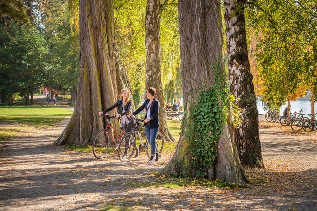 Konstanz-Seerhein-Freizeit-Fahrradtour-Herosepark-Fahrradbruecke-Spaziergang-01_Herbst_Copyright_MTK-Dagmar-Schwelle