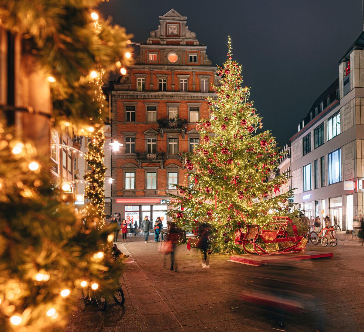 Konstanz-Winter-Weihnachtsbeleuchtung-Tannenbaum-Marktstaette-Abendstimmung-Innenstadt-07_Winter_Copyright_MTK-Leo-Leister