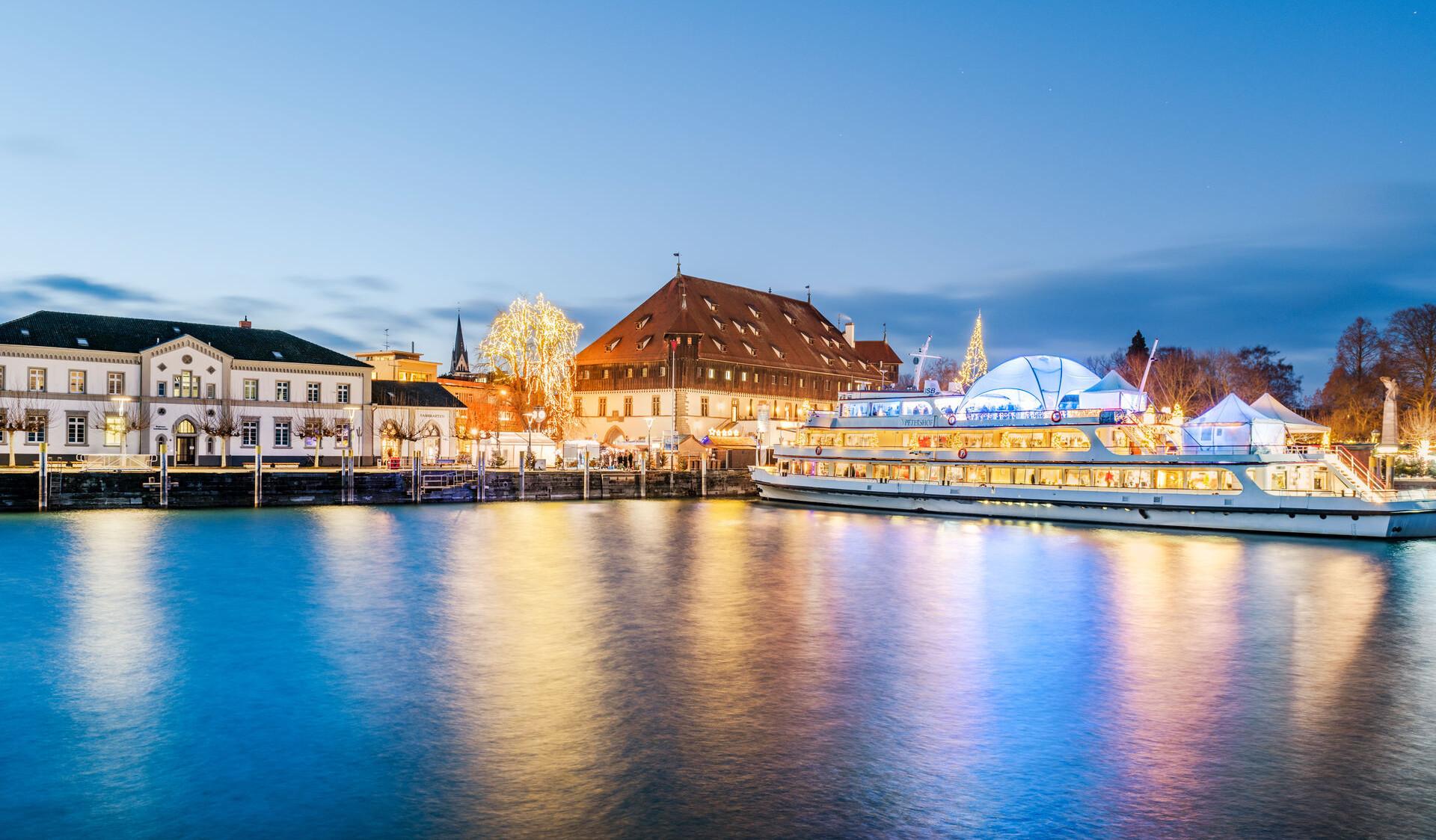 Konstanz-Weihnachtsmarkt-Silhouette-Panorama-Abendstimmung-Konzil-Weihnachtsschiff-Hafenstrasse_Winter_Copyright_MTK-Dagmar-Schwelle