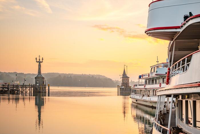 Konstanz-Hafeneinfahrt-Imperia-BSB-Schiffe-Abendrot_Herbst_Copyright_MTK-Dagmar-Schwelle