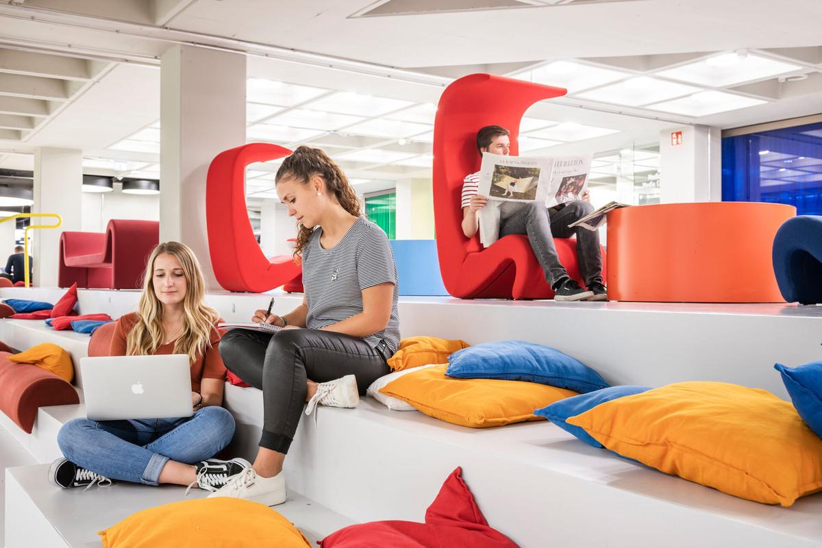 Konstanz-Universitaet-Architektur-Bibliothek-Sitzgruppe-03_Spaetsommer_Copyright_MTK-Dagmar-Schwelle