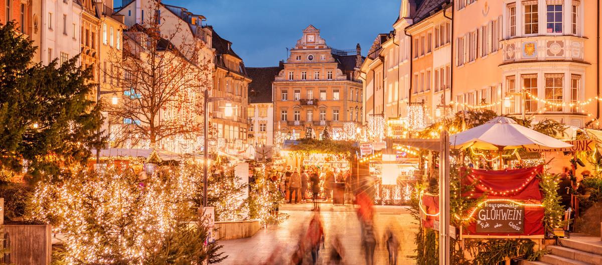 Konstanz-Weihnachtsmarkt-Marktstaette-Unterfuehrung-Abenddaemmerung-01_Winter_Copyright_MTK-Dagmar-Schwelle