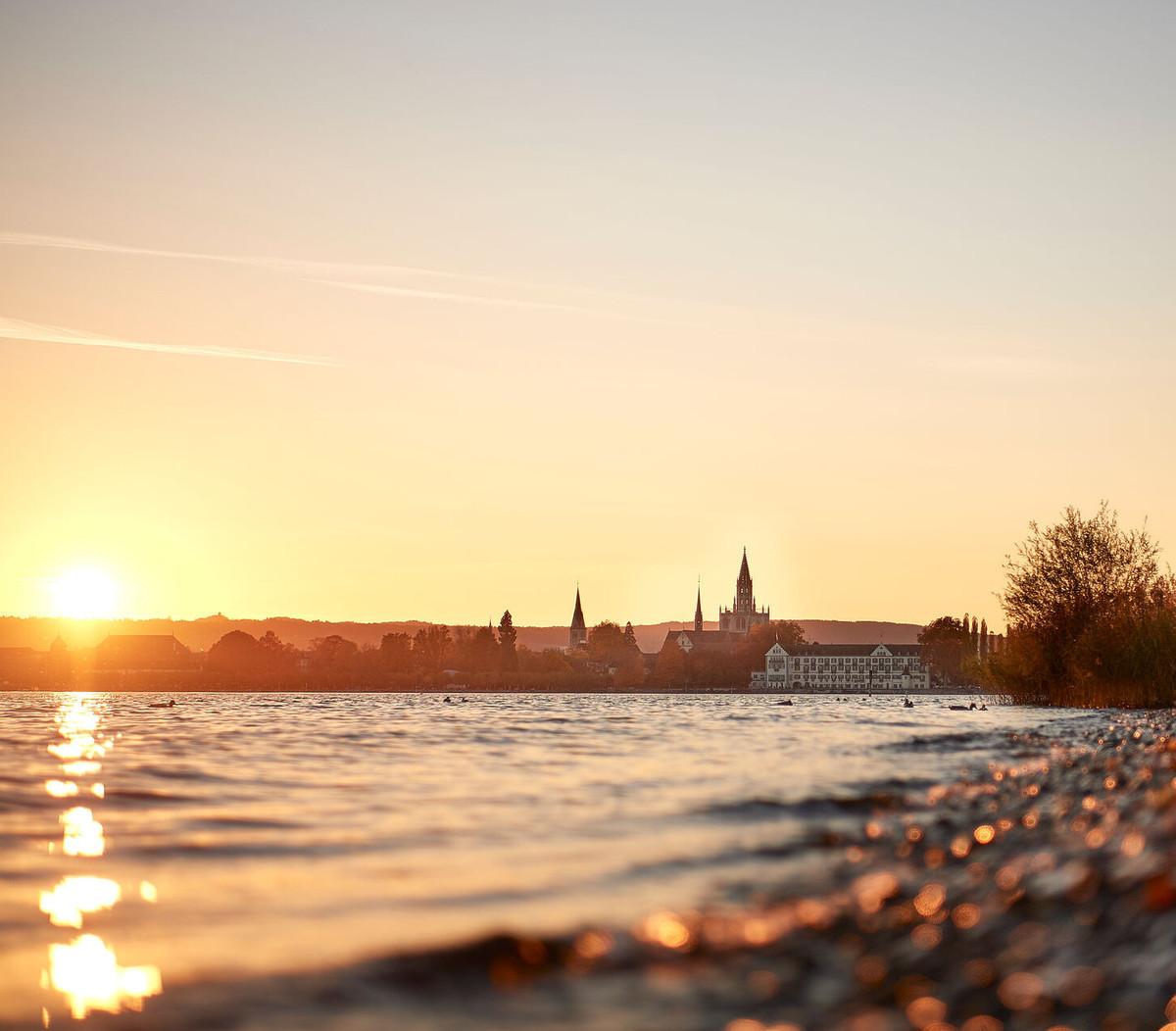 Konstanz-Seeuferweg-Bodensee-Ufer-Segelboot-Sonnenuntergang-Querformat_Herbst-02_Copyright_MTK-Hari-Pulko