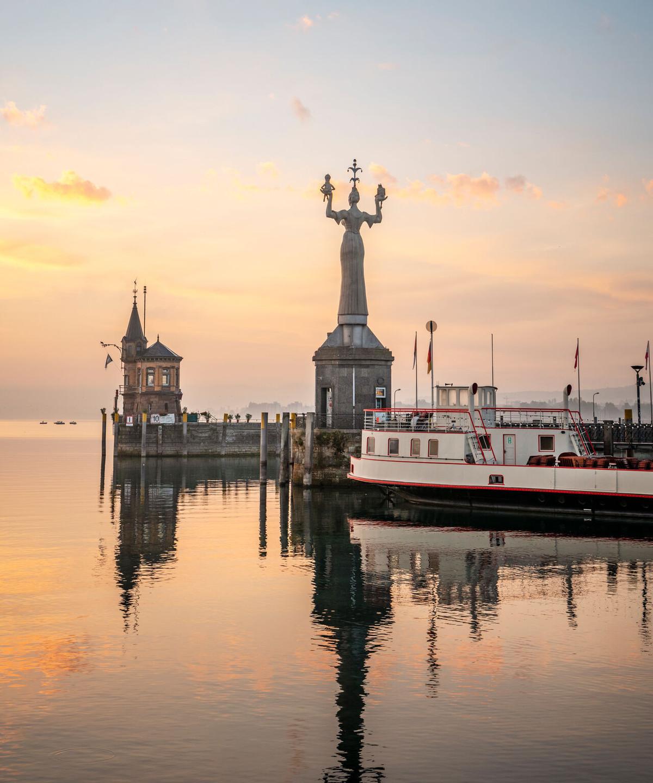 Konstanz-Hafen-Imperia-Alte-Faehre-Abendrot-03_Herbst_Copyright_MTK-Dagmar-Schwelle