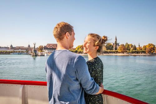 Konstanz-Bodensee-Schifffahrt-BSB-Ausflug-Liebespaar-Deck-Blick-auf-Muenster-Imperia-Konzil-01_Herbst_Copyright_MTK-Dagmar-Schwelle