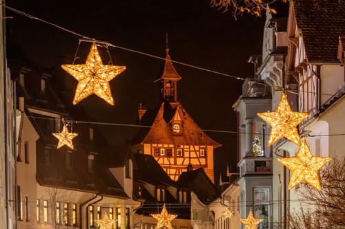 Konstanz-Weihnachtsmarkt-Weihnachtsbeleuchtung-Hussenstrasse-Schnetztor_Winter_Copyright_MTK-Dagmar-Schwelle