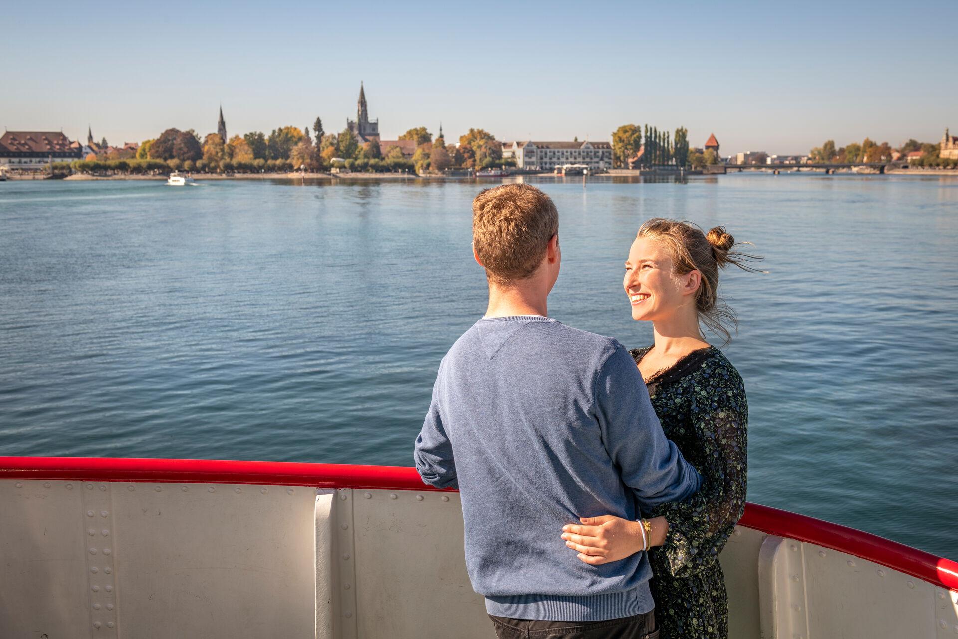 Konstanz-Bodensee-Schifffahrt-BSB-Ausflug-Liebespaar-Deck-Blick-auf-Muenster-04_Herbst_Copyright_MTK-Dagmar-Schwelle