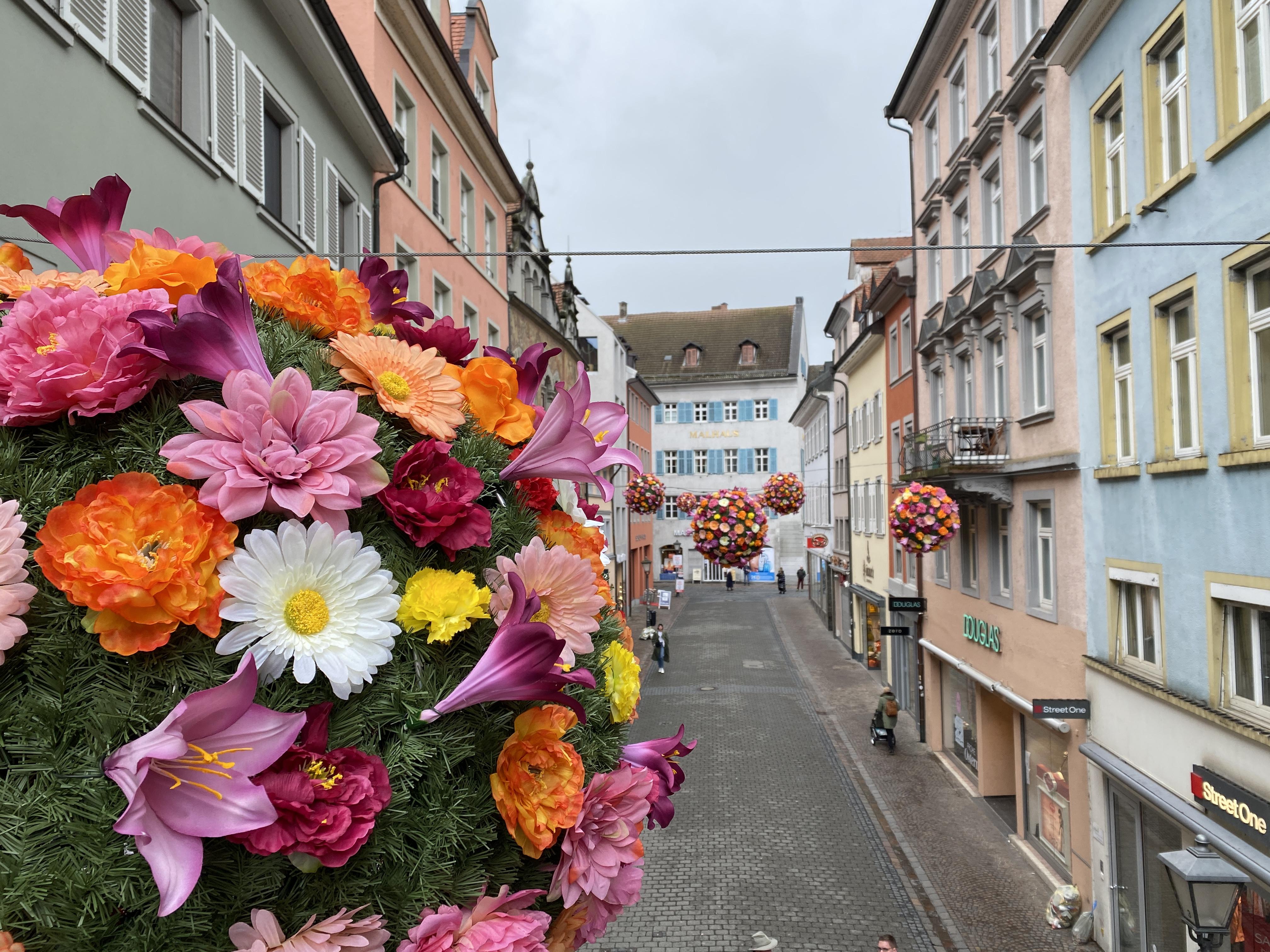 PM BlumenBälle in der Konstanzer Kanzleistraße