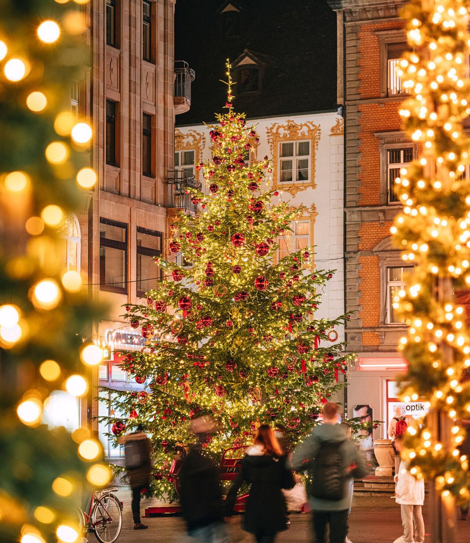 Konstanz-Winter-Weihnachtsbeleuchtung-Tannenbaum-Marktstaette-Abendstimmung-Innenstadt-05_Winter_Copyright_MTK-Leo-Leister
